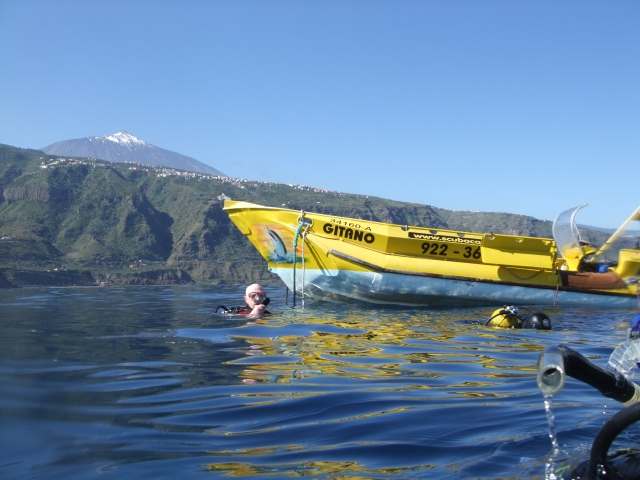 boat and teide with divers